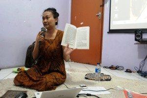 Dr.Phil. Dewi Candraningrum narasumber diskusi.Foto.dok SuaraKita/Yatnapelangi