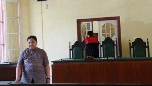 Sri Wahyuni, perempuan 23 tahun, mengajukan permohonan penetapan status jenis kelamin dari perempuan menjadi laki-laki di Pengadilan Negeri Makassar, Senin 1 September 2014. Hal ini dilakukan karena saat berusia 11 tahun, terjadi perubahan bentuk fisik kelamin pada dirinya. TEMPO/Iqbal Lubis