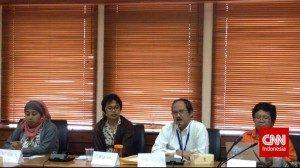 Aktivis AMAN Dwi Ruby Khofifah, Deputi PUG Kementerian Pemberdayaan Perempuan dan Perlindungan Anak Heru Prasetyo Kasidi, dan Wakil Ketua Komnas Perempuan Desti Murdijana membahas masalah kesetaraan gender di Indonesia dalam konferensi pers di Kementerian Pemberdayaan Perempuan dan Perlindungan Anak, Jakarta, pada Rabu (12/11). (CNN Indonesia/ Hanna Samosir)