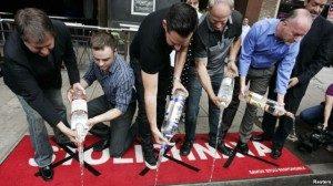 Para aktivis hak kelompok gay AS di California mengosongkan botol-botol vodka Rusia ke selokan sebagai protes atas adanya UU anti-gay di Rusia (foto: dok).