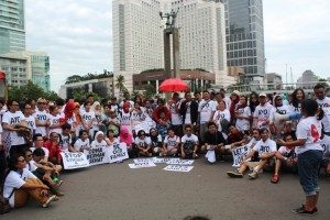 Kampanye Ayo Peluk ODHA, Minggu 28/12/2014. Bundaran Hotel Indonesia. Foto;dok/SuaraKita/YatnaPelangi