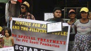 Warga yang menentang kehadiran militer AS di Filipina melakukan aksi demonstrasi menuntut tersangka dipindahkan ke penjara. (Reuters/Lorgina Minguito)