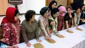 "Sejumlah pejuang, pahlawan dan tokoh atau penerusnya yang mewakili membubuhkan cap telapak tangan dalam ""Aksi 1000 Cap Telapak Tangan"", yang diinisiasi oleh Kowani, di Kantor Kementerian Sosial, Jakarta, 2 April 2015. (Suara Pembaruan/Dina Manafe)"