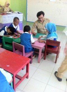 Dheandra Gunarti Alias Pak Gun Mengajar Siswa-siswanya (Foto: Facebook Dheandra)