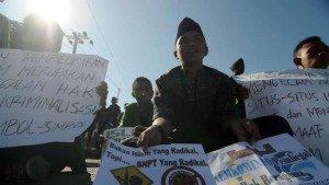Sejumlah mahasiswa dari Institut Agama Islam Negeri (IAIN) Palu membawa pamplet saat berunjukrasa memprotes pemblokiran situs Islam oleh Keminfo dan Komunikasi di Palu, Sulawesi Tengah di Palu, Rabu (8/4). Menurut mereka, tidak semua dari 22 situs yang diblokir Keminfo dan Komunikasi itu adalah situs radikal seperti yang dituduhkan oleh Badan Nasional Penanggulangan Terorisme (BNPT). (Antara Foto/Basri Marzuk)