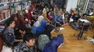 """Suasana Diskusi Nonton Bareng Film 'Emak Dari Jambi"""" Di Kapal Perempuan. (Foto : Rafi/Suara Kita)"""