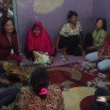 Sekelompok Waria Muda Melakukan Sosialisasi dan Demo Kecantikan di Sekolah Perempuan Ciliwung