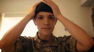 Hannah Witerbournem, perwira Angkatan Darat Inggris menyatakan lebih nyaman menjadi wanita.   via: telegraph.co.uk