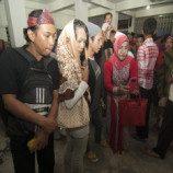 [Foto Story]: Komunitas Waria Mengunjugi Rumah Peristirahatan Terakhir Gus Dur