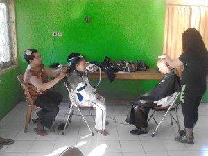 Potong Rambut Gratis Oleh Komunitas LGBT Gorontalo  (Foto : Binthe Pelangi Gorontalo)