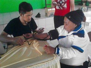 Cek Tensi darah Di Panti Jompo Ilomata Oleh Komunitas LGBT Gorontalo (Foto : Binthe Pelangi Gorontalo)