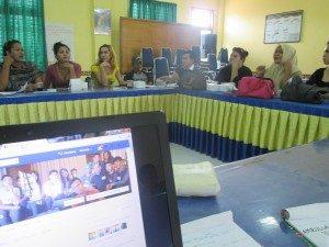 Suasana pelatihan menulis bagi komunitas LGBT Aceh. (Foto : Hartoyo/Suara Kita)