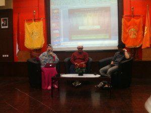 Rita Soebagio (kiri) dan Sinyo Egie (tengah), Dua Narasumber Seminar (Foto : Fathul Utomo/Suara Kita)