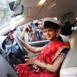Pengemudi Taksi Transgender Pertama di Mumbai, India