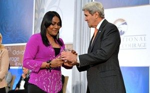 Nisha Ayub Menerima Penghargaan  (Sumber : Asian corresspondent)