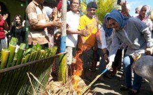 Wali-Kota-Kotamobagu-saat-menyalakan-api-proses-pembakaran-binarundak