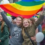 Sepertiga  dari Orang yang Berusia 16 Sampai 22 Tahun Mengidentifikasikan Diri Mereka Sebagai Gay atau Biseksual