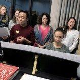 Mahasiswa Pascasarjana Membantu Individu Transgender Mengembangkan Suara Mereka