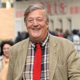 Stephen Fry Menyerukan Agar Orang Interseks Diperlakukan dengan Kesopanan dan Kepantasan yang Setara