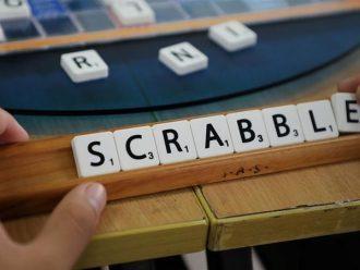 Penggemar Scrabble Mendesak untuk Pelarangan Kata-Kata Rasis dan Transfobik