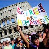 Aktivis LGBT Berjuang Melawan Gereja Katolik untuk Akhirnya Mengesahkan Undang-Undang Kejahatan Rasial di Italia