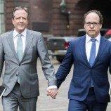 Lelaki di Belanda Saling Berpegangan Tangan Melawan Homofobia