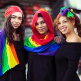Sebuah Label Busana Meluncurkan Syal Edisi Terbatas Sebagai Dukungan Untuk Kesetaraan Pernikahan di Australia