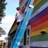 Sepasang Lesbian Mewarnai Rumah Mereka dengan Warna Pelangi untuk Melawan Pelecehan oleh Tetangga