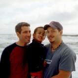 Kisah Pasangan Gay Temukan Bayi Telantar dan Membesarkannya Hingga Dewasa